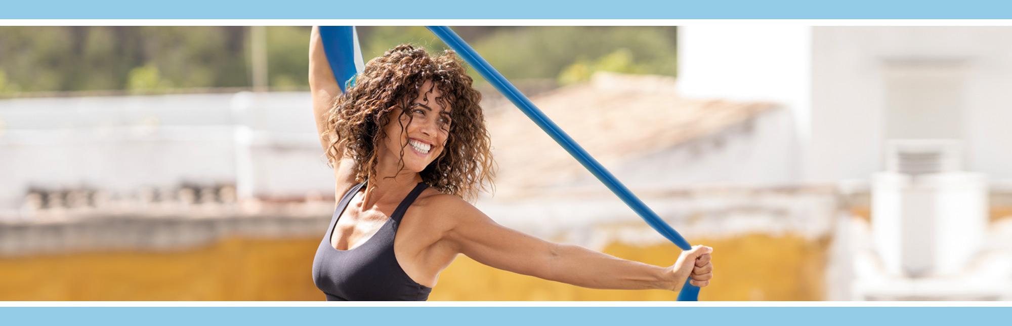 Imagen de chica haciendo ejercicios con banda elastica